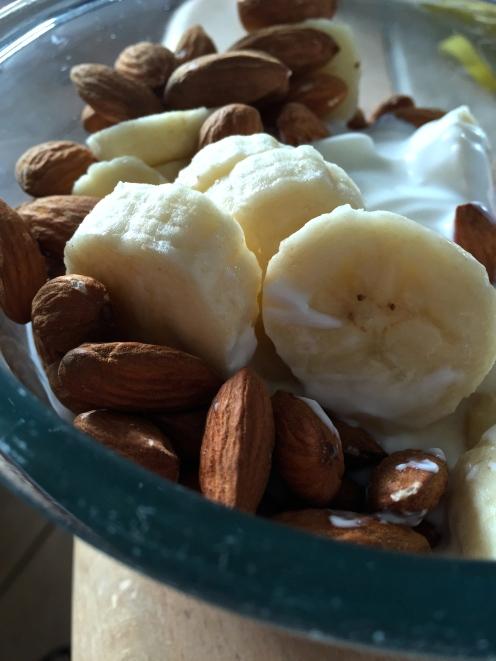 Skyr w. almonds and banana